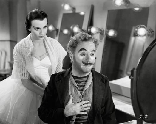 Ein zwiespältiger, eher leiser Film, von der Kritik nicht besonders geschätzt, weil er so völlig anders war als frühere Produktionen. Die bittere, teilweise aggressive Komik ist Melancholie und Wehmut gewichen. Der alternde Clown Calvero, hinter dem nicht nur Chaplin, sondern auch sein Vater steckt, der an Alkoholismus in relativ jungen Jahren starb, sucht wieder den Beifall der der Menge, obwohl er ihn auch fürchtet. Es ist aber auch eine Hommage an die Vaudevilles und Theater des alten London, wo Chaplin die ersten Schritte seiner Karriere machte.