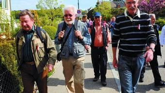 Abmarsch:  Klaus Fischer (rechts) führt seine Landammann-Wanderung durchs Leimental an . (Bild: Juri Junkov)