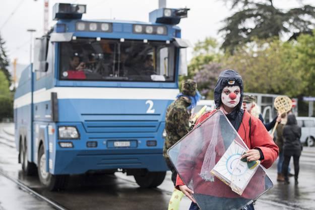 Eine Frau posiert vor einem Wasserwerfer der Polizei im Demonstrationszug in Zürich.