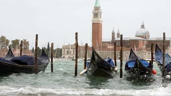 """Es reicht! Basta!, sagen sich die Venezianer und wollen jetzt den Tagestourismus drosseln mit einer Art """"Eintritt"""". Immerhin suchen rund 30 Millionen Touristen pro Jahr die 50'000-Einwohner-Stadt im Wasser heim, das sind über 80'000 pro Tag, also mehr als deren Gesamtbevölkerung. Das nervt."""
