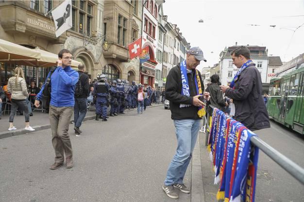 Die Schalker Fans auf dem Barfüsserplatz.
