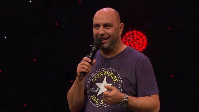 «Die Schweizer sind, was sich die Deutschen nicht mehr trauen: gepflegt ausländerfeindlich»: Serdar Somuncus Auftritt am Arosa Humor-Festival aus dem Mitschnitt von TV24 in voller Länge.