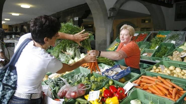 Eine Szene am Früchte- und Gemüsemarkt in der Altstadt von Luzern. Dass die Kundschaft hier eine Frau ist, ist kein Zufall, sondern entspricht der Statistik: Frauen und Angehörige des gehobeneren Bildungsstands essen mehr Obst und Gemüse (Archivbild).