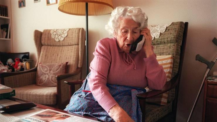 Senioren und Seniorinnen sind die bevorzugten Opfer von Enkeltrickbetrügern. (Symbolbild)