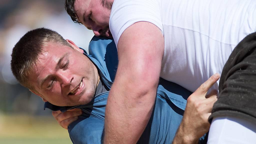 Willy Graber (links) mit einem Hüftschwung gegen Jonas Lengacher