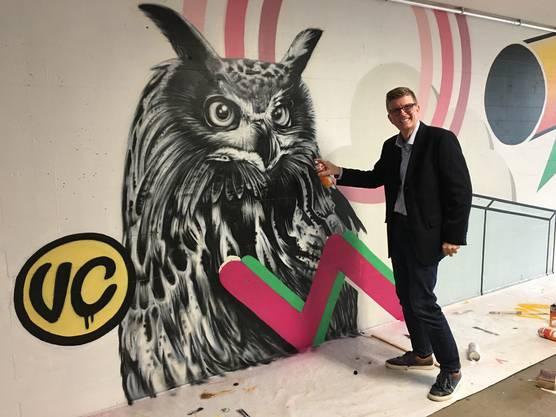Stadtrat Andreas Kriesi zeigt Freude am Graffiti.