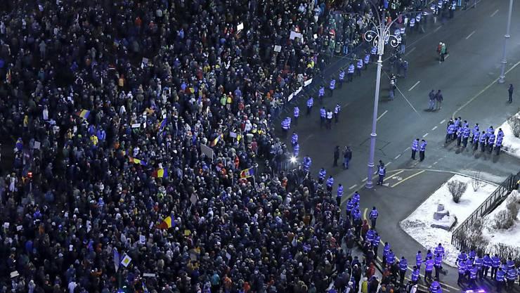 Trotz Winterwetters gingen am Wochenende zehntausende Rumäninnen und Rumänen auf die Strasse, um gegen die Pläne der Regierung für eine Lockerung der Strafen für Amtsmissbrauch zu protestieren. Die Regierung billigte das Projekt überraschend am Dienstag. (Archivbild)