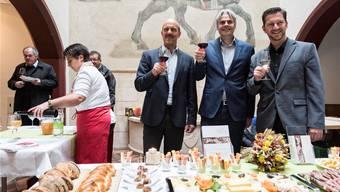 Lukas Kilcher, Lukas Ott und Tobias Eggimann (von links) stossen mit Liestaler Wein auf Liestal als Schweizer Genussstadt des Jahres 2016 an.