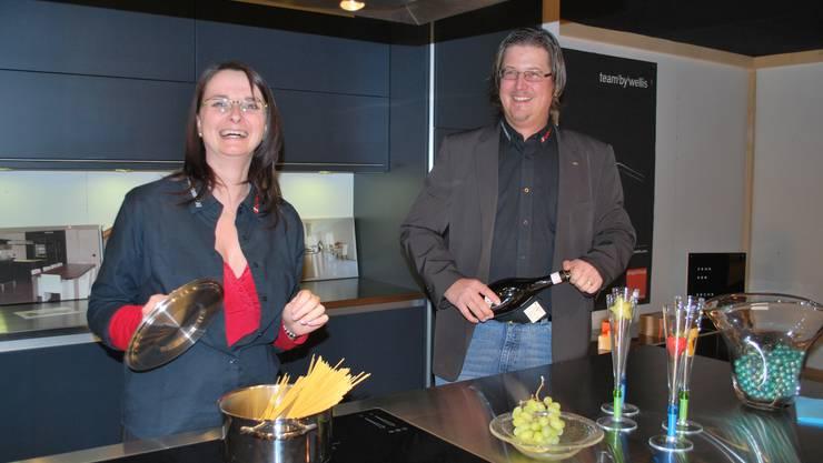 Doris und Yves Liechti lernten sich an einer Messe kennen und sind nun als Ehepaar am Stand der eigenen Liechti Küchen-Schreinerei AG präsent. srb