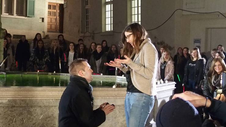 Der grosse Moment - Oliver geht vor Laura auf die Knie und macht ihr seinen Heiratsantrag
