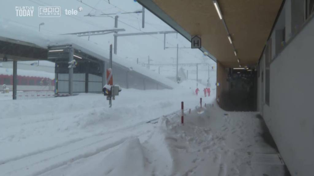 Schienen und Strassen versinken im Schnee
