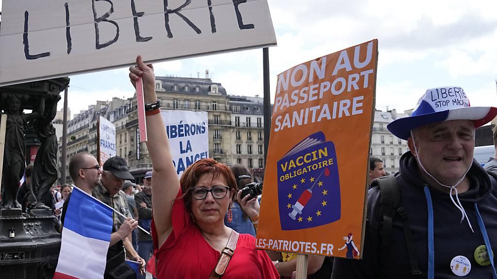 In mehreren französischen Städten protestierten Menschen gegen den COVID-19-Pass, der geimpften einen leichteren Zugang zu Veranstaltungen ermöglicht. Foto: Michel Euler/AP/dpa Foto: Michel Euler/AP/dpa