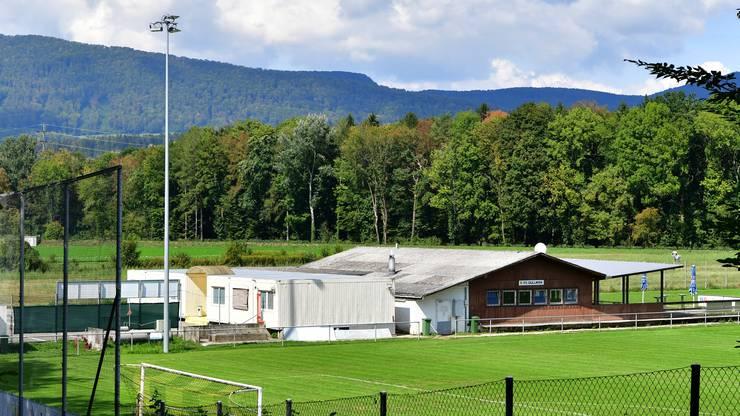 Der FC Dulliken soll dank Beiträgen der Gemeinde, Gönnern und temporär erhöhten Mitgliederbeiträgen das aktuelle Clubhaus mit Restaurant und die Spielerkabinen (Bild) erneuern können.
