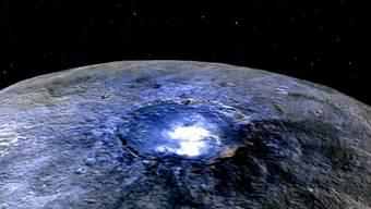 Der Occator-Krater auf dem Zwergplaneten Ceres mit den rätselhaften hellen Flecken. Aus Detailaufnahmen schliessen Forscher nun auf mögliche Ursachen.