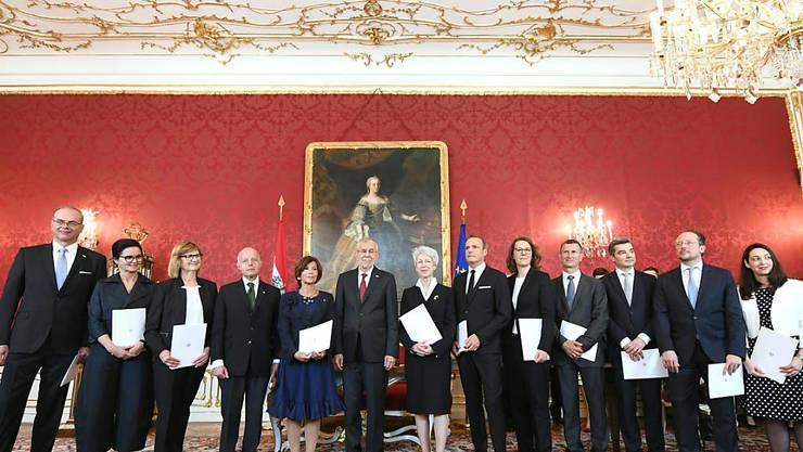 Die neue Expertenregierung Österreichs unter Bundeskanzlerin Brigitte Bierlein (7.v.l.) nach der Vereidigung durch Bundespräsident Alexander Van der Bellen (6.v.l.)