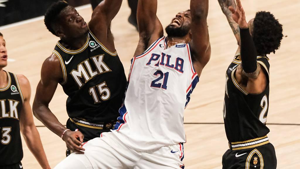 Clint Capela (links) und seine Kollegen verpassten gegen die Philadelphia 76ers die vorzeitige Entscheidung