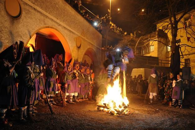 Einer der Höhepunkte des Abends - der spektakulärer Hexensprung der Obersäckinger Hexen