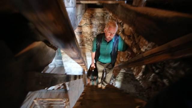 Tritt für Tritt die Jahrhunderte erklimmen: Glöckner Hubert Schäpper führt durch den Aarauer Oberturm.