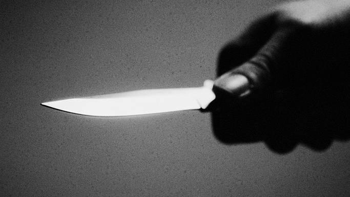 Das Sackmesser, mit dem er zuvor die Würste am Grill einritzte, rammte der Täter seinem Opfer in die Schulter und in den Bauch. (Symbolbild)