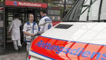 Die Frau wurde mit einem Rettungswagen ins Spital gebracht. (Symbolbild)