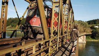 Die 120 Jahre alte Eisenbahnbrücke wird in den nächsten zwei Jahren saniert. Rechts der angehängte Fussgängersteg.Angelo Zambelli