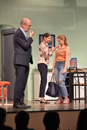 Was nun? Fritz ist ratlos, Irene beseitigt die Spuren des Skandals auf Julias Decolleté.
