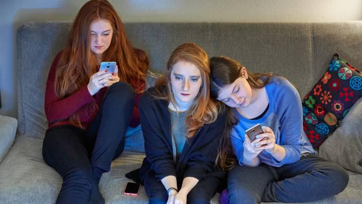 Smartphone und soziale Medien sind im Sprachaufenthalt nicht immer förderlich. (Symbolbild)