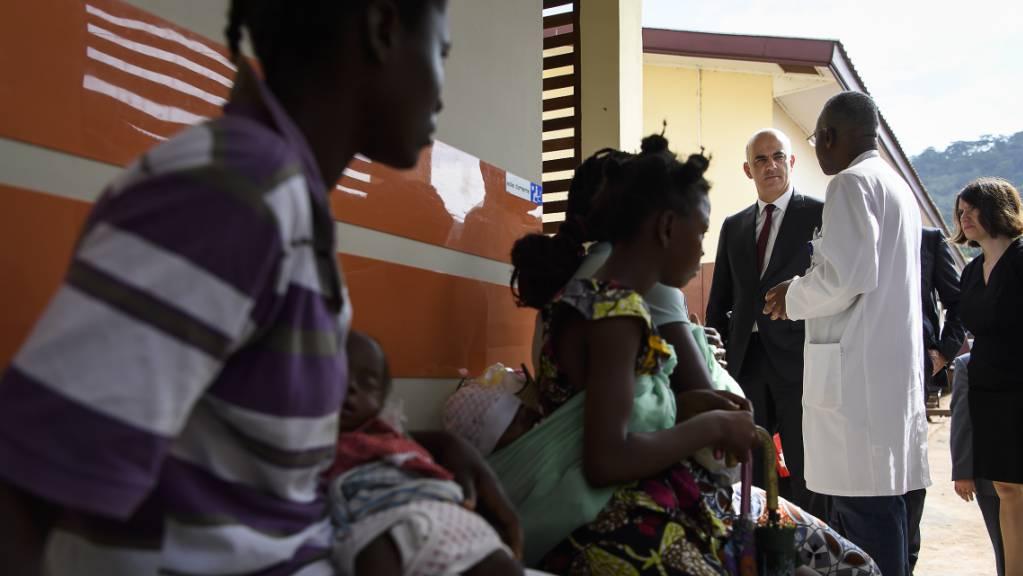Antibiotika-Studie des Swiss TPH: Kinder unter 5 Jahren erhalten in Entwicklungsländern zu viele Antibiotika. Unabhängig davon ist auf dem Bild Bundesrat Alain Berset im Mai 2019 beim Besuch einer Kinderklinik in Bangui, Zentralafrikanische Republik, zu sehen. (Archivbild)