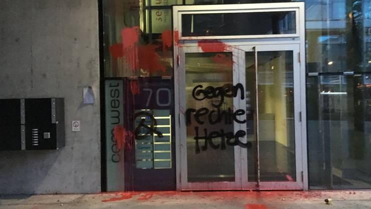 Auf das Gebäude, in dem sich die «Weltwoche»-Redaktion befindet, wurde ein Farbanschlag verübt.