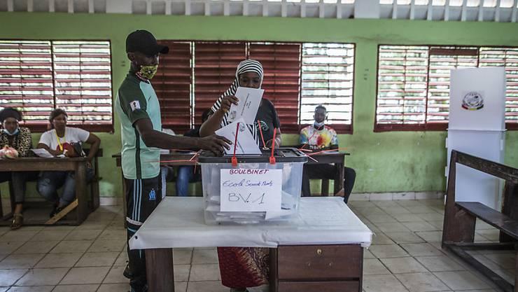Eine Wählerin gibt in der Hauptstadt Conakry ihre Stimme ab. Foto: Sadak Souici/AP/dpa