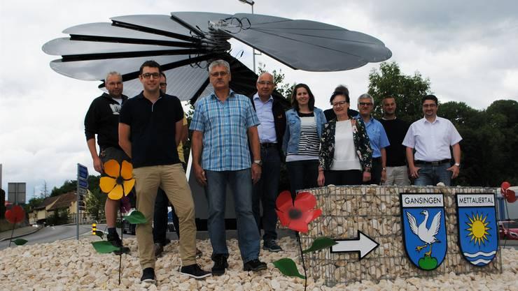Die Behördenmitglieder und die am Bau beteiligten Unternehmen weihten gestern die «Smartflower» ein. Nadine Böni