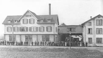 Die Belegschaft versammelte sich vor dem Büro an der Engstringerstrasse für das Betriebsfoto. Die Aufnahme stammt aus den frühen 1920er-Jahren, wie es im Jahrheft der Stadt Schlieren von 1994 heisst. Schlieremer Jahrheft 1994