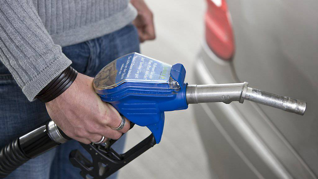 Südlich des Gotthards kostet das Benzin häufig ein paar Rappen weniger. (Archiv)
