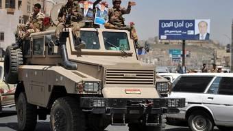 Jemenitische Soldaten auf einer Patroullienfahrt durch Jemens Hauptstadt Sanaa