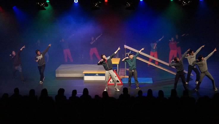 Die Männerklasse zeigt eine atemberaubende Akrobatik-Show.