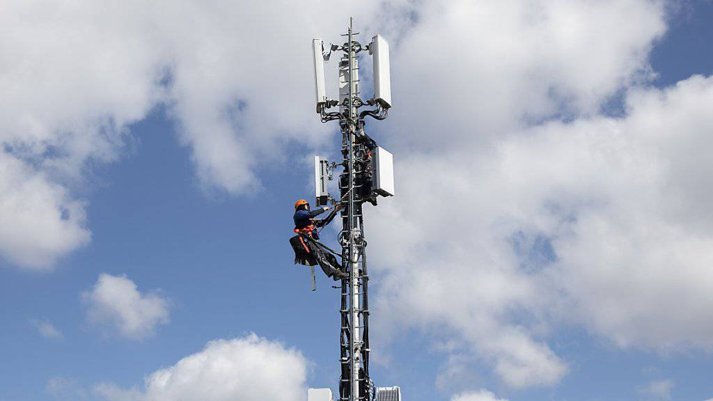 Sollen in gewissen Kantonen nicht aufsteigen dürfen: Swisscom-Monteure beim Installieren einer 5G-Antenne in Bern. (Archivbild)