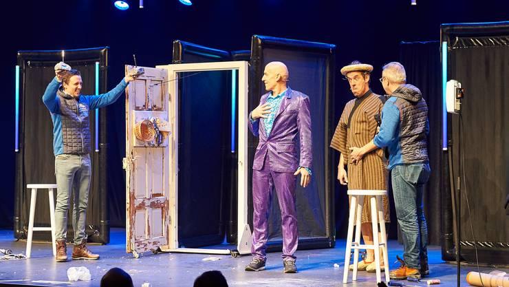 Tourismusdirektor Pascal Jenny (links) und Festivalchef Frank Baumann (rechts) überraschen das Duo auf der Bühne.