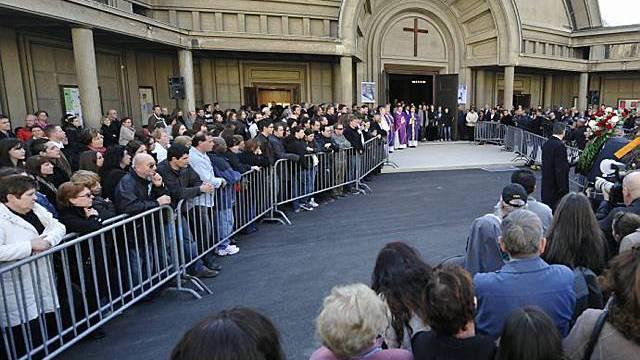 Hunderte Personen stehen vor der Kirche