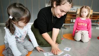 Logopäden raten Eltern, ihre Kinder sprachlich herauszufordern. Versli, Lieder oder Diskussionen am Mittagstisch statt fernsehen.Symbolbild: niz