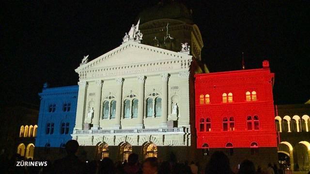 Bundeshaus in den Farben Frankreichs