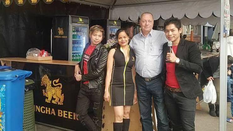 Yuphin Nakharat (2. v.l.) will mit dem «We love Thailand Festival» eine thailändische Insel im Aargau schaffen. Heute organisiert die alleinerziehende Mutter das Fest alleine.