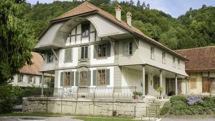 Der Wohnstock mit dem ausgeprägten Laubengang, der mit Ausnahme der Südseite rund ums Haus führt.