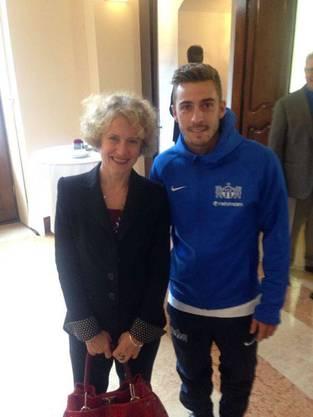 Der Spieler vom FC Zürich hat von seiner Gemeinde bisher noch keine Lorbeeren erhalten, übte beim Besuch im Zürcher Stadthaus aber schon das Posieren mit politischen Persönlichkeiten.