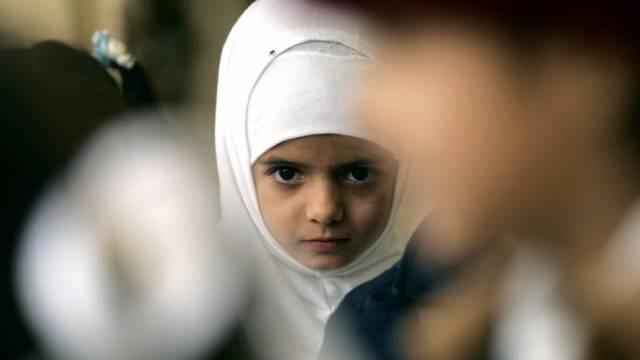 Ein Mädchen mit Kopftuch (Symbolbild)
