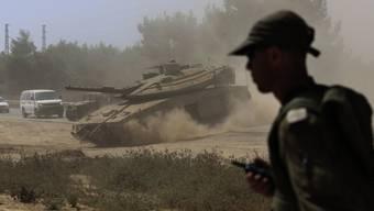 Ein israelische Panzer rückt nach Gaza vor