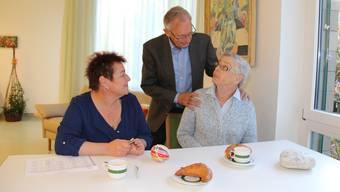 Heinz Knecht beim Verabschieden. Fachfrau Betreuung Susanne Amstutz beim Käffeetrinken mit Annemarie Knecht.