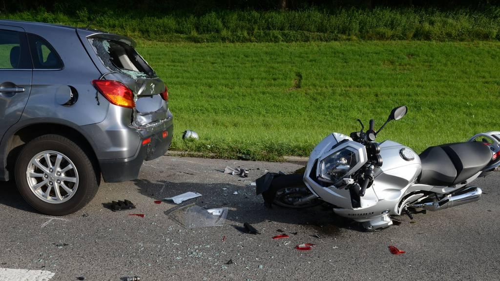 Hellbühl LU: Motorrad prallt in Auto