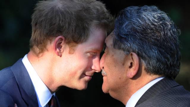 Harry beim traditionellen Hongi mit einem Ureinwohner Neuseelands