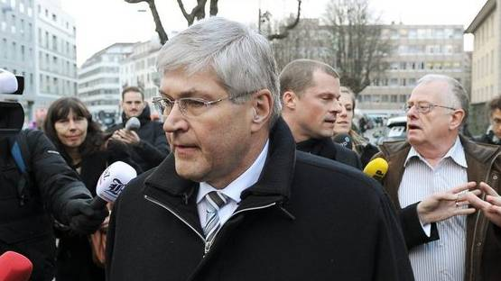 Bruno Zuppiger verlässt nach der Verurteilung das Zürcher Bezirksgericht