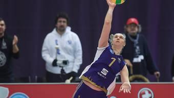 Angelina Lasarenko von Volero Zürich bei einem Service
